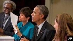Valery Jarrett (solda) ve eski Başkan Barack Obama