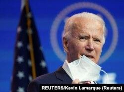 លោក ចូ បៃដិន (Joe Biden) ប្រធានាធិបតីជាប់ឆ្នោត ថ្លែងនៅក្នុងសន្និសីទមួយនៅទីក្រុង Wilmington រដ្ឋ Delaware កាលថ្ងៃទី១៦ ខែវិច្ឆិកា ឆ្នាំ២០២០។