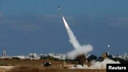 Sistem pencegat roket Iron Dome yang canggih milik Israel dan didanai Amerika (9/7), di kota Ashdod, Israel. (Reuters/Baz Ratner)