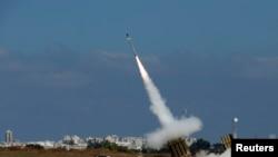 Pertahanan rudal 'Kubah Besi' Israel di kota Ashdod mencegat satu roket dari militan di Gaza, Kamis (10/7).