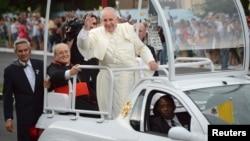 罗马天主教教宗方济各在哈瓦那受到古巴民众的欢迎 (2015年9月19日)