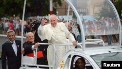 Paus Fransiskus disambut oleh warga Kuba dalam perjalanan dari bandara Jose Marti menuju Nunciature di Havana, 19 September 2015.