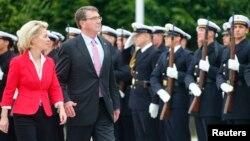 22일 애슈턴 카터 미 국방장관이 독일 베를린에 도착해 의장대를 사열하고 있다.