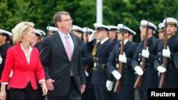 AQSh va Germaniya mudofaa vazirlari Eshton Karter (o'ngda) va Ursual fon der Leyen Berlinda, 22-iyun, 2015-yil