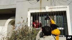 访民于洪被解救前隔窗向记者诉冤