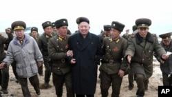 Severnokorejski lider Kim Džon Un okružen vojskom