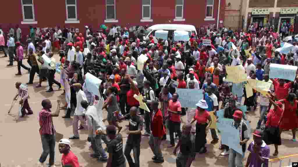 Des manifestants à Harare réclament des informations sur un militant d'opposition disparu il y a un an, le 9 mars 2016.