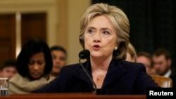 La exSecretaria de Estado, Hillary Clinton, criticó a la Comisión por perseguir un objetivo político.