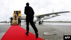 Một người đàn ông chạy trên tấm thảm đỏ để đến chiếc máy bay Airbus A 318 mới