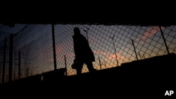 Seorang migran berusaha masuk ke terowongan 'Channel' di Calais, Perancis utara (foto: ilustrasi).