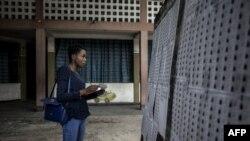 Un observateur en train de regarder la liste des électeurs à l'intérieur d'un bureau de vote, le 29 décembre 2018, à Kinshasa.