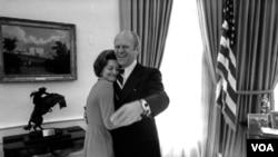 El triunfo de la ex primera dama, Betty Ford, sobre la adicción al alcohol se convirtió en un faro de esperanza para los adictos al alcohol y las drogas.