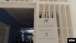 Desde tempranas horas se abrieron los centros de votación. [Foto Alvaro Algarra, VOA].
