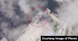 지난 18일 북한 원산항을 촬영한 위성사진. 석탄 적재 장소 주변에 정박한 약 90m 길이의 선박 위로 노란 크레인이 뻗어 있는 모습으로 관련 작업이 진행 중임을 알 수 있다. '플래닛' 제공 사진.