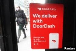 Tanda DoorDash di sebuah restoran di wilayah Manhattan, New York City, New York, AS, 9 Desember 2020. (REUTERS/Carlo Allegri)
