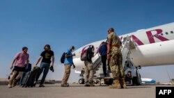 کابل سے سفارتی نمائندوں کو بیرون ملک بھیجا جا رہا ہے۔ 17 اگست 2021