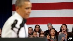 En una reciente visita que Barack Obama realizó a San Francisco, California, votantes hispanos reclamaron al mandatario parar las deportaciones.