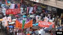 數以萬計的香港市民不顧三號風球警告 參加七一大遊行