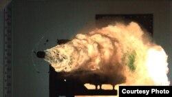 这张由高速摄像机拍摄下的照片显示,在维吉尼亚州的海军水面作战中心,一门电磁轨道炮的发射创下纪录。(照片由美国海军提供)