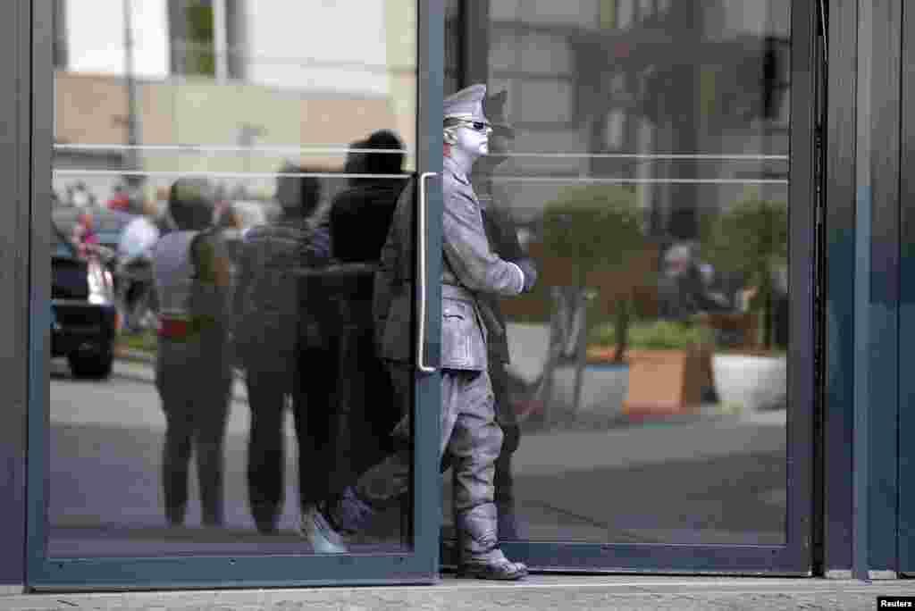 Ulični izvođač u vojnoj uniformi nekadašnje Istočne Njmačke na izlazu iz Akademije za umjetnost u neposrednoj blizini Brandenburške kapije u Berlinu.
