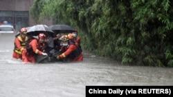 中國安徽救援人員在大雨中疏散合肥居民。(2021年7月8日)