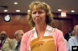 美国康涅狄格州新伦敦市居民凯露在康州一家法院听证后呆坐不动。(2005年7月28日)