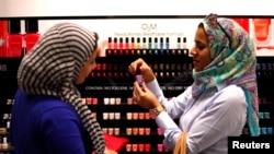"""Dua perempuan Mesir membeli pewarna kuku """"yang bisa bernafas"""" dari sebuah toko di mal di Dubai. (Foto: Dok)"""