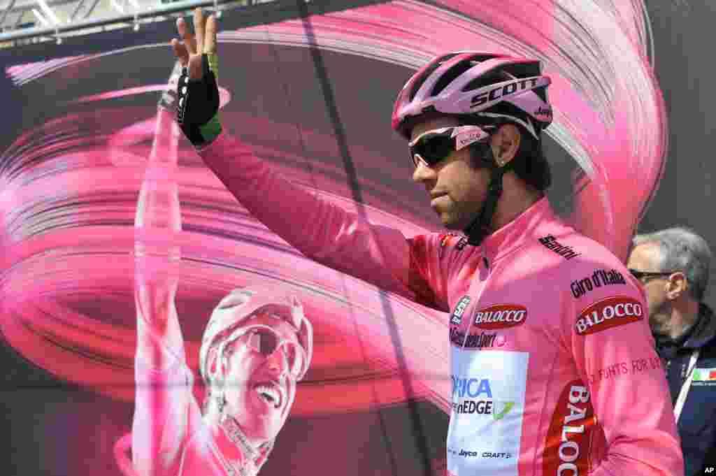 Pebalap sepeda Michael Matthews memberikan salam kepada para penggemarnya sebelum dimulainya tahap keenam Giro d'Italia, perlombaan sepeda tur Italia, dari Sassano ke Montecassino, Italia, 15 April 2014.
