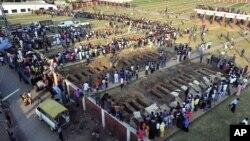 Warga bersiap untuk menguburkan jenazah para korban kebakaran pabrik garmen di Dhaka, Bangladesh (27/11). Pihak berwenang telah menangkap tiga orang terkait kebakaran ini.