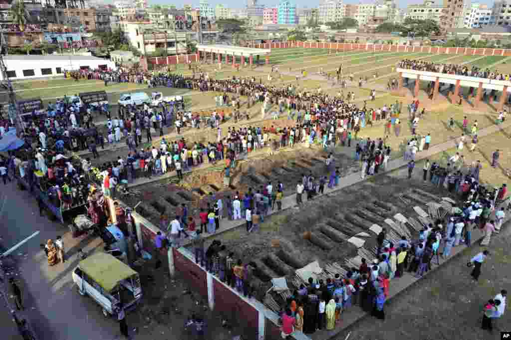 Bangladeshis prepare to bury the bodies of some of the victims of Saturday's fire in a garment factory in Dhaka, Bangladesh, November 27, 2012.