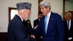 Kerry se reunió con el presidente afgano, Hamid Karzai, para buscar una salida a la crisis por denuncias de fraude electoral.