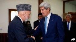 11일 아프가니스탄 카불에 도착한 존 케리 미 국무장관(오른쪽)이 하미드 카르자이 아프가니스탄 대통령의 영접을을 받고 있다.