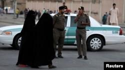 """Polisi Saudi melakukan pengamanan di ibukota Riyadh (foto: ilustrasi). Pihak berwenang Saudi menangkap 33 orang tersangka """"teroris"""" dalam beberapa hari terakhir."""