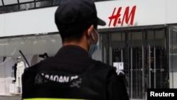 一名保安站在瑞典時裝零售商H&M在北京的一家商店外。(2021年3月25日)