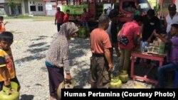 Warga menunggu giliran untuk membeli gas LPG dalam operasi pasar yang digelar Pertamina di 23 titik di Palu, Sigi dan Donggala, Senin, 8 Oktober 2018. (Foto: Humas Pertamina)