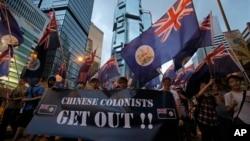 Para aktivis pro-demokrasi Hong Kong melakukan unjuk rasa menuntut mundurnya pemimpin pro-Beijing (foto: dok). Warga Hong Kong mengecam Beijing yang terus merongrong otonomi politik di sana.