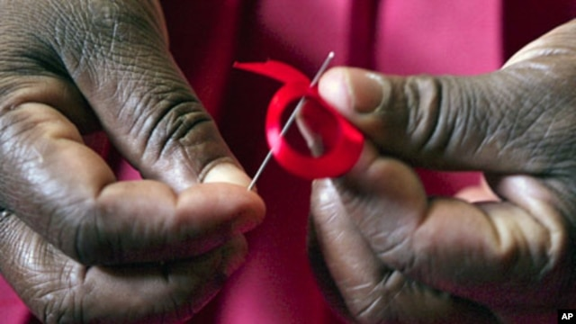 Kenyan woman prepares ribbons ahead of World Aids Day at Beacon of Hope center in Nairobi, Dec. 2010 (file photo).