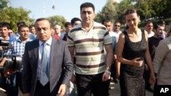 Pemulangan tentara Azerbaijan Ramil Safarov (tengah), yang dipenjara di Hongaria karena membunuh tentara Armenia ke negaranya membuat pemerintah Armenia berang (foto: 31/8).