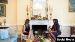 ABŞ-ın birinci xanımı Mişel Obama Ağ Evdə prezident seçilmiş Donald Trampın xanımı Melaniya Trampı qəbul edir