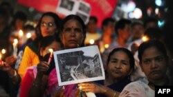 ບັນດາສະມາຊິກຊາວເນປາລ ຂອງກຸ່ມສັງຄົມພົນລະເຮືອນ Akhil Bharat Nepali ekta Samaj ເຂົ້າຮ່ວມ ພິທີ ໄຕ້ທຽນໄວ້ອາໄລ ຢູ່ທີ່ເມືອງ Allahabad ຂອງອິນເດຍ ໃຫ້ແກ່ບັນດາຜູ້ເຄາະຮ້າຍ ຈາກໄພແຜ່ນດິນໄຫວ ໃນເນປາລ, ວັນທີ 1 ພຶດສະພາ 2015.