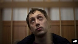 7일 보석심리를 위해 러시아 법원에 출두한 파벨 드미트리첸코. 볼쇼이 무용수인 드미트리첸코는 세르게이 필린 볼쇼이 예술감독에게 황산테러를 가한 혐의를 받고 있다.