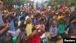 호주 정부가 파푸아뉴기니 마누스섬의 난민수용시설을 폐쇄하기로 한 지난달 31일 수용자들이 떠나기를 거부하고 있다.