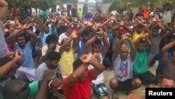 Ratusan migran pencari suaka di Australia melakukan unjuk rasa menolak meninggalkan kamp migran yang dikelola Australia di Pulau Manus, Papua Nugini, Selasa (31/10).