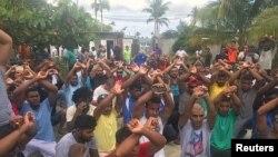 지난달 31일 호주 정부가 운영하던 파푸아뉴기니 마누스섬의 난민수용시설에서 떠나기를 거부하는 수용자들이 폐쇄 조치에 항의하고 있다.