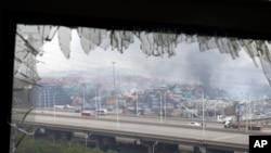 天津大爆炸震碎一個倉庫的窗戶