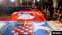 ພະໂກດຂອງ King Petar II Karadjordjevic ແລະມະເຫສີຂອງພະອົງ, ພະລາຊີນີ Aleksandra, ພະມານດາຂອງພະອົງ, ພະລາຊີນີ Maria ແລະ ພະອານຸຊາຂອງພະອົງ, ອົງຊາຍ Andrej ດອຍໄວ້ ຢູ່ໃນ ວິຫານ St. George ໃນເມືອງ Oplenac, ຊຶ່ງຕັ້ງຢູ່ຫ່າງຈາກ ນະຄອນຫລວງ Belgrade ໄປທາງທິດໃຕ້ 71 ກິໂລແມັດ