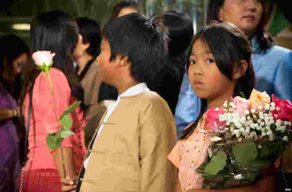 Trẻ em chờ đợi để chào đón Lãnh tụ đối lập Miến Điện Aung San Suu Kyi trước khi bà đến Trụ sở Đài Tiếng nói Hoa Kỳ VOA ở thủ đô Washington, ngày 18/9/2012. (Alison Klein/VOA)