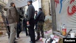 Các chiến binh Quân đội Giải phóng Syria trong một khu vực bị bao vây ở Homs, 9/3/13