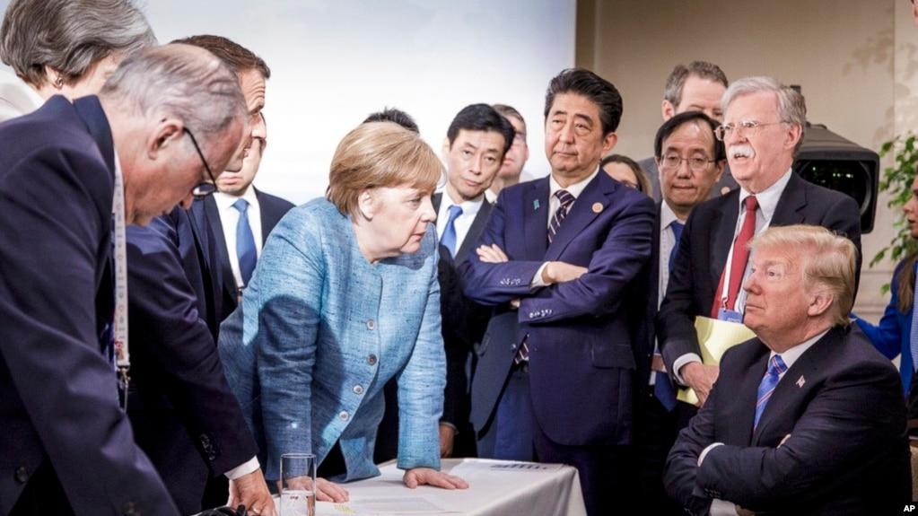 Thủ tướng Đức Angela Merkel nói chuyện với Tổng thống Mỹ Donald Trump hôm 9/6/2018 tại Canada.