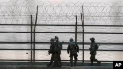 한국 군 병사들이 경기도 파주시 비무장 지대 인근 철색선에서 경계 근무를 서고 있다. (자료사진)